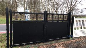 gesloten poort met bloem zewart 1,80m